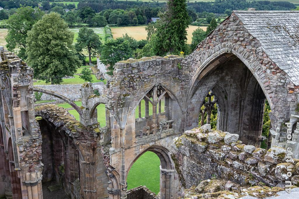 Melrose Abbey - Aussicht vom Turm des Kloster Melrose auf die Ruine mit verschiedenen gotischen Fensterbögen und Säulen