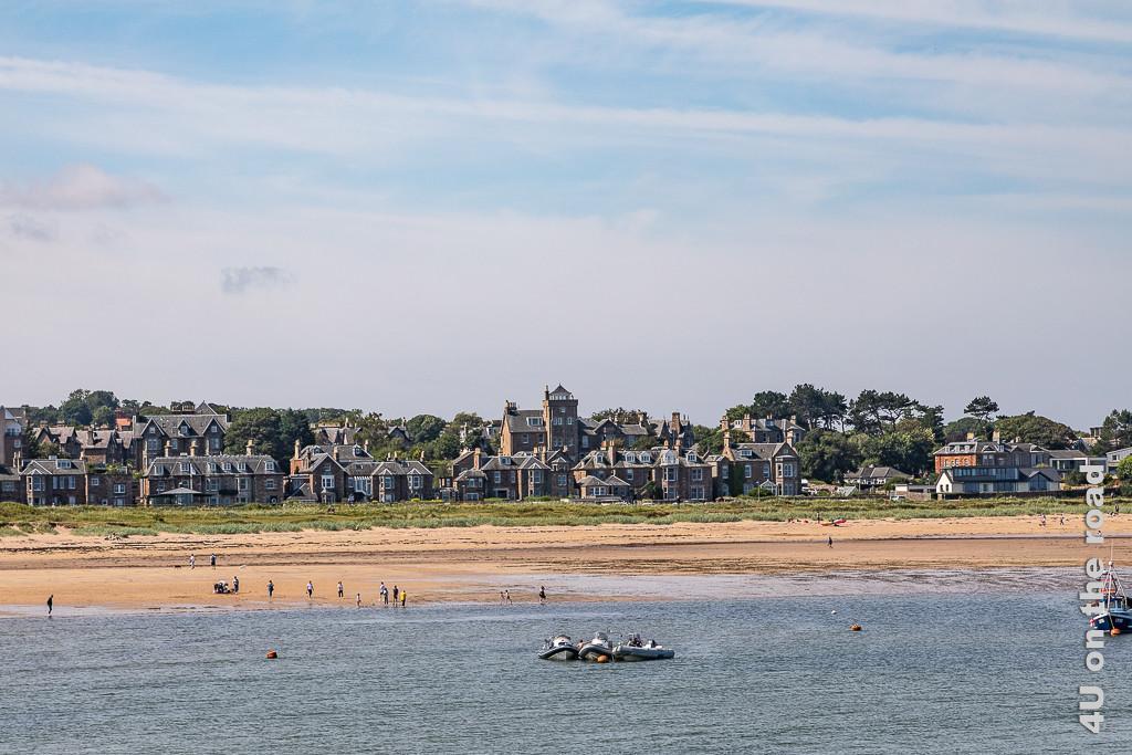 North Berwick vom Wasser aus gesehen. Im Bild Jetskies, Sandstrand und dahinter schöne englische Häuser