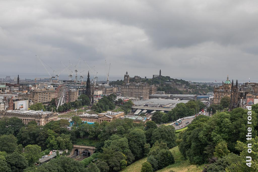 Blick von Edinburgh Castle auf Waverley Station, Riesenrad und Calton Hill im Hintergrund