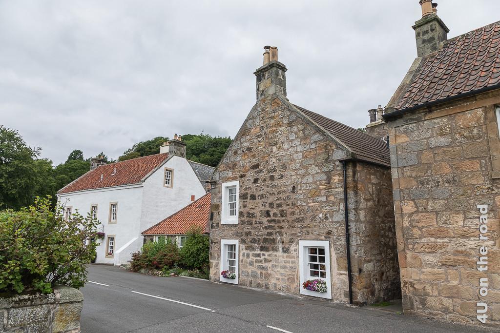 Altes Haus in Culross an der Durchgangsstrasse, dessen Fenster bis zum Strassenniveau reichen