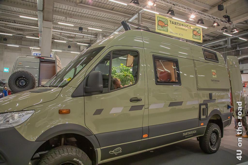 Mercedes Sprinter auf dem Suisse Caravan Salon - Ausbau zum autarken Wohnmobil durch die Firma Tartaruga. Im Bild ist das höhergelegte Fahrzeug von aussen zu sehen.