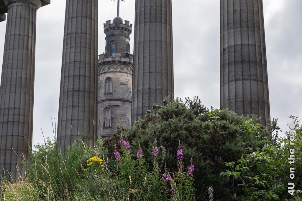 Turm des Nelson's Monument durch die Säulen des National Monuments gesehen