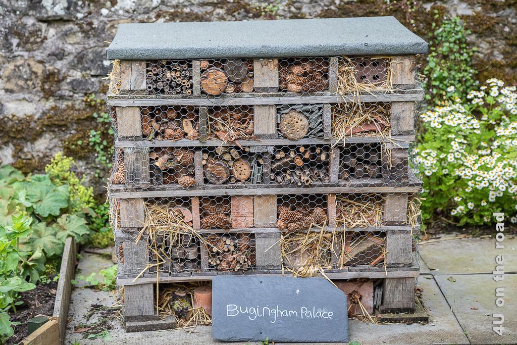 Bugingham Palace im Park von Falkland Palace - nicht zu verwechseln mit dem Buckingham Palace. Im Bild ein grosses Insektenhotel. Eine Schiefertafel informiert, dass es sich um Bugingham Palace handelt.