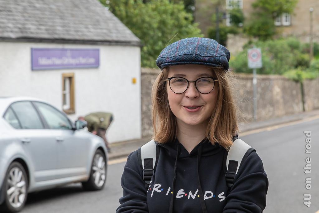 Passender Style zu Schottland. Im Bild Gwen mit neu erworbener Schirmmütze aus Harris Tweet.