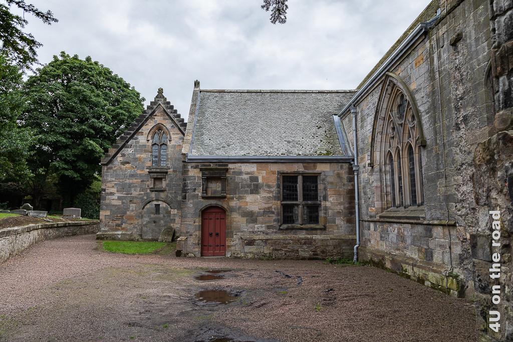 Kirche von aussen - Culross. Der hintere Teil ist restaurierungsbedürftig