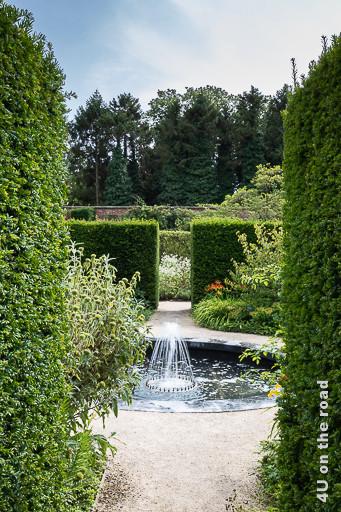 Alnwick Gardens, Formaler Garten - Durchblick durch Hecken auf Fontaine