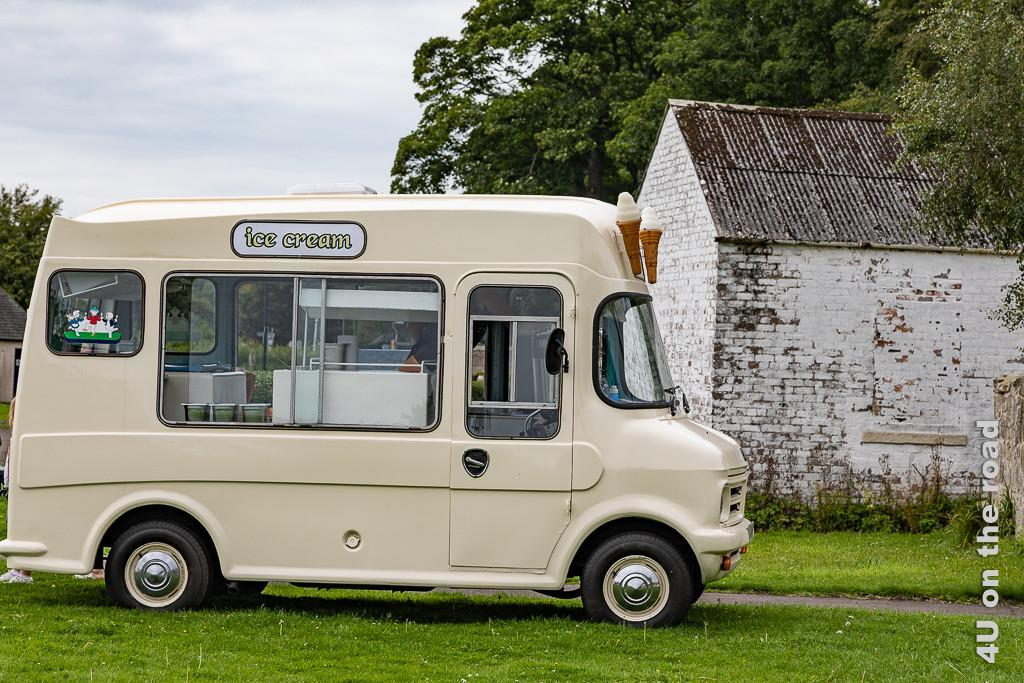 Eiswagen aus den 50iger Jahren steht in Culross am Park