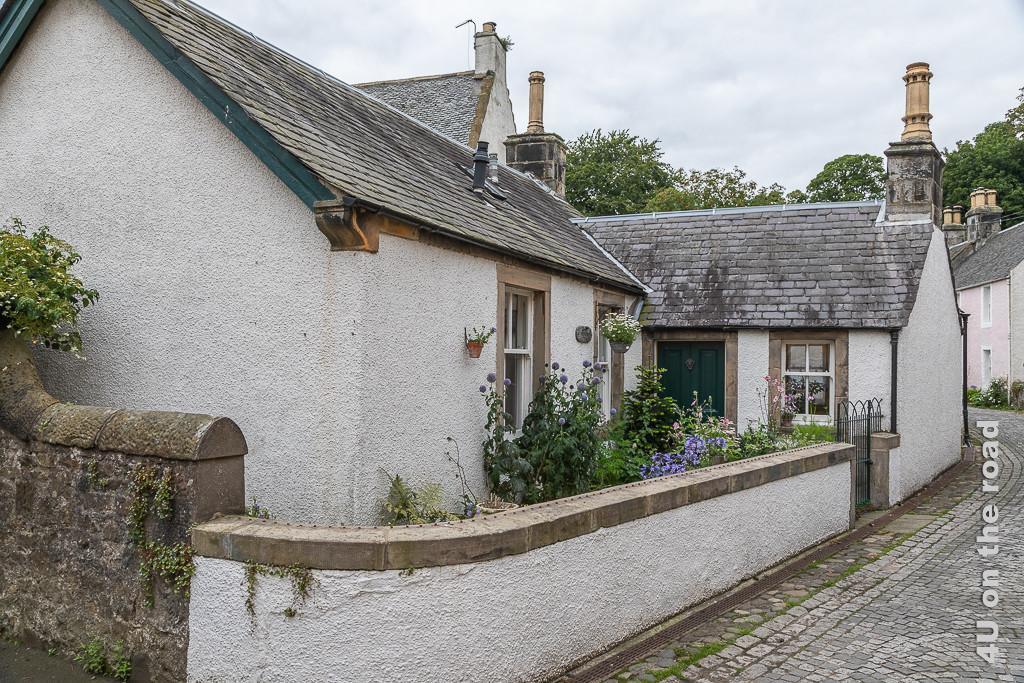 Restauriertes Cottage mit blühendem Minigarten in Culross