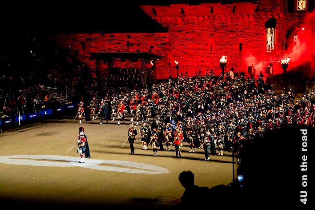 Aufmarsch der Pipes and Drums beim Military Tattoo im Edinburgh Castle