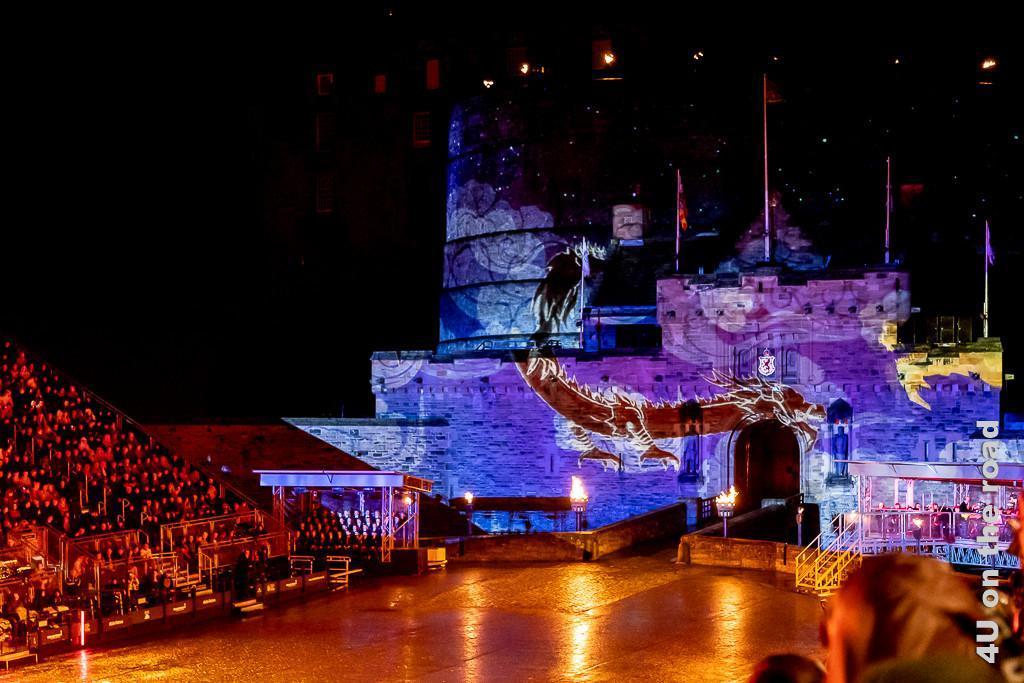 Kampf der Drachen um das Edinburgh Castle beim Auftritt von China. Ein Drache mit ausgestreckten Krallen fliegt scheinbar über den Schlosseingang, welches sich dank der Lichtshow in ein chinesisches Bauwerk verwandelt.