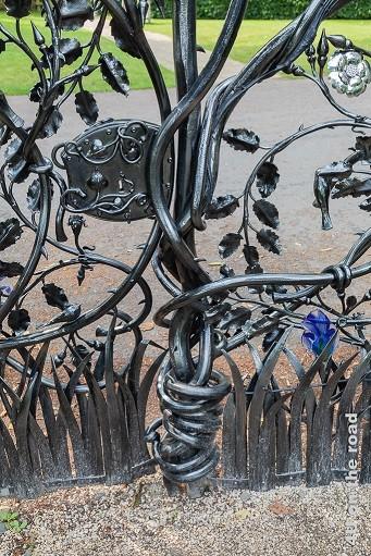 Alnwick Gardens - Blumenrankentor an der Grenze zum Schlosspark - Metall-Glas