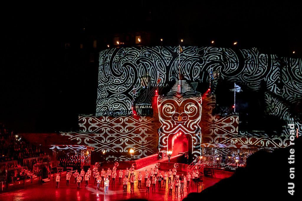 Das Edinburgh Castle wie ein Maori Tattoo beim Auftritt beim Military Tattoo von Neuseeland dargestellt. Das Schloss ist schwarz und rot mit weissen Maori Tattoos verziert.