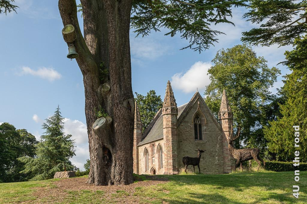 Mott Hill mit Kapelle und Replik des Scone of Destiny im Park von Scone Palace - etwas kitschig inszeniert mit Reh und Hirsch aus Weiden .