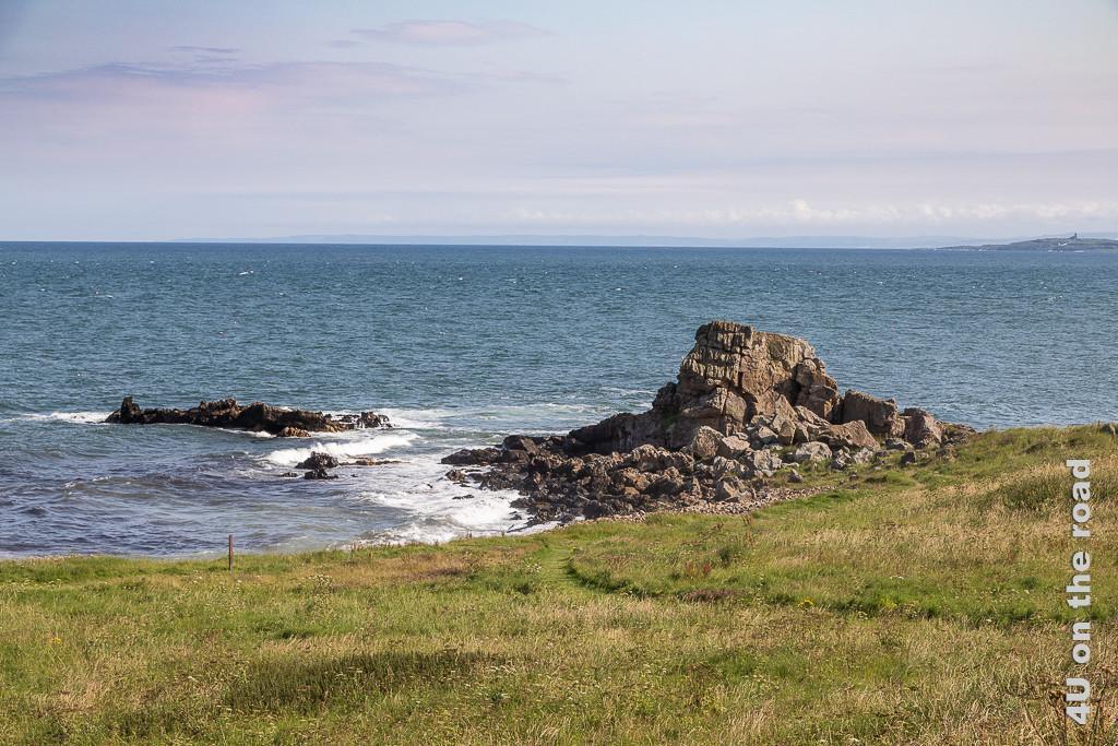 Felsen, der uns zum Klettern lockt im Kilminning Coastal Wildlife Reserve, Region Fife an der Kilminning Coast