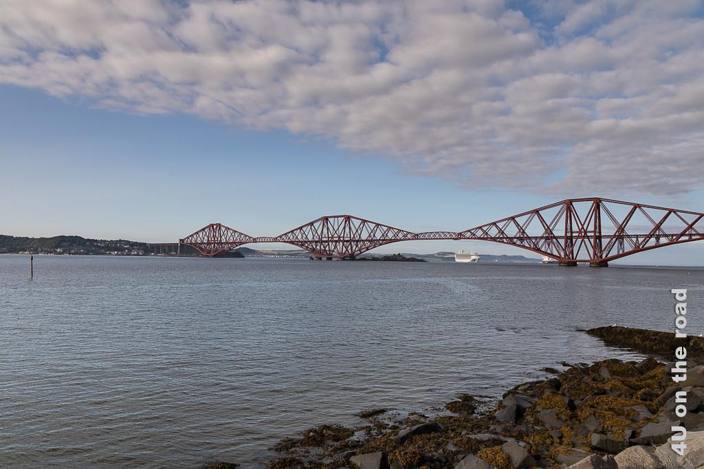 Eisenbahnbrücke über den Firth of Forth mit Kreuzfahschiff im Hintergund