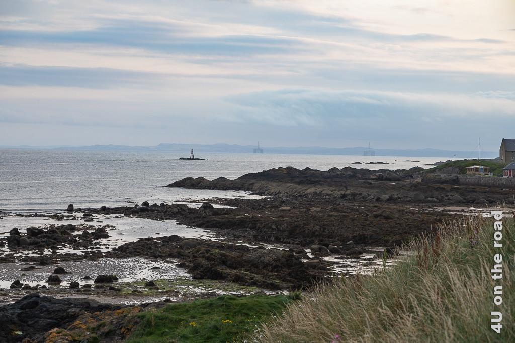 Blick vom Parkplatz beim Elie Ness Leuchtturm auf die Bohrplattformen, Fife Coast