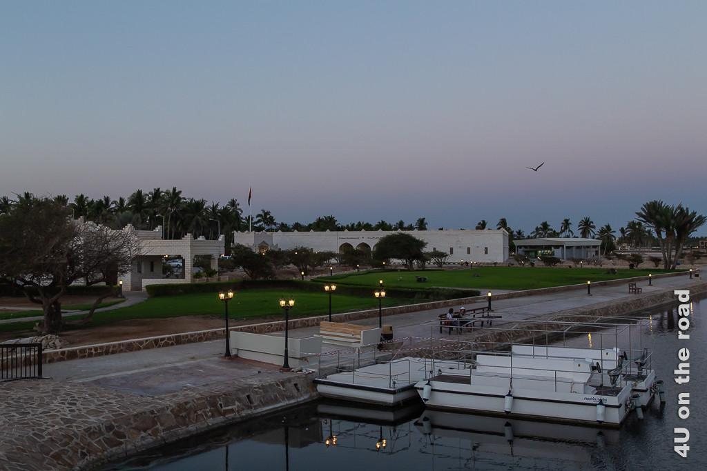 Abendstimmung Al Baleed - Blick auf das Museum of the Frankincense Land und den Schiffsanleger auf der Lagune