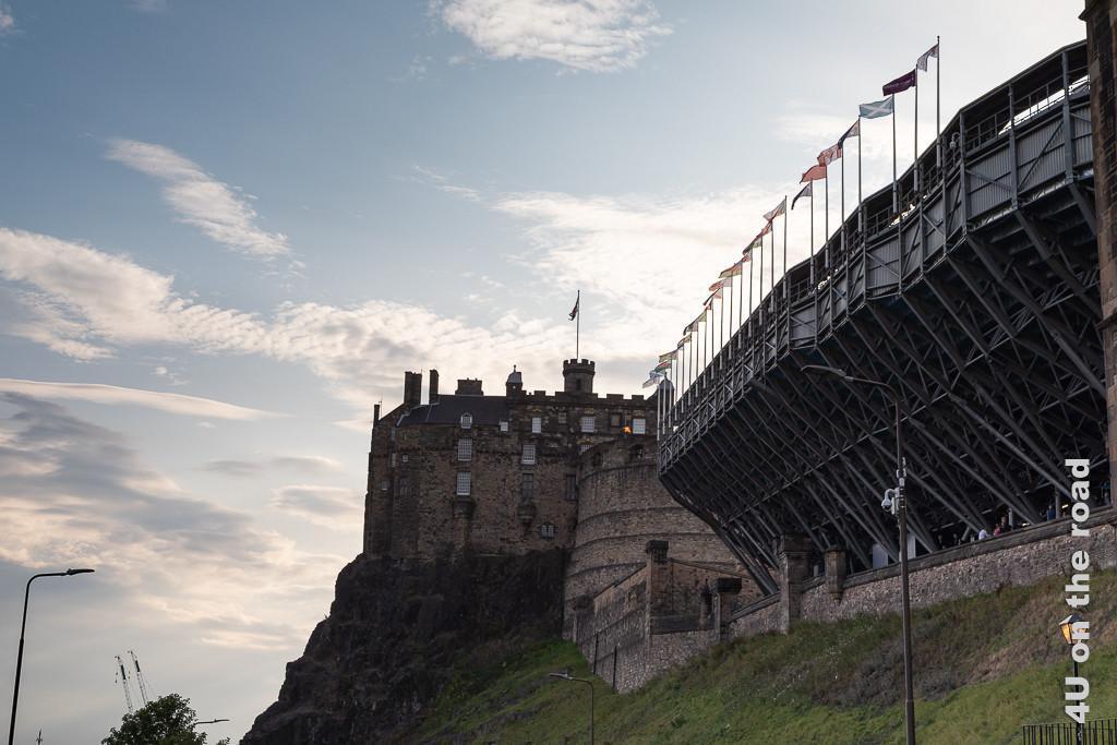 Auf dieser Strasse unterhalb des Schlosses wartet man mit allen anderen Besuchern des Military Tattoos auf Einlass. Im Bild sieht man das Edinburgh Castle und die Tribüne.