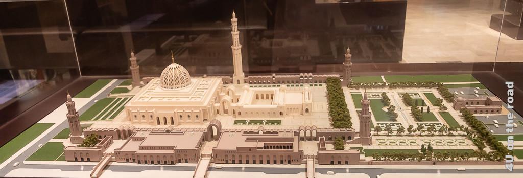 Museum of the Frankincense Land - Modell der grossen Sultan Qaboos Moschee Muscat. Im Bild das originalgetreue Modell der Moschee mit Gartenanlagen, Eingängen etc. im Glaskasten