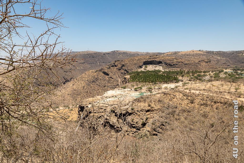 Hier sieht man den Wasserfall, einen Teil des Wadi Darbat und links den Weg, welchen ihr entlang kommt, wenn ihr dem Tipp folgt
