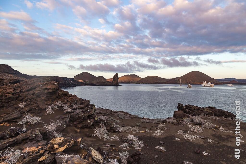 Bartolomé Pinnacle und Bucht von halber Höhe aus gesehen - Galápagos Inseln