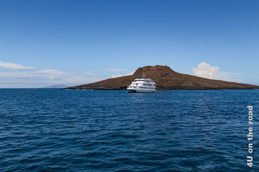 Aus der Ferne gesehen, versteht man, warum die Insel Sombrero Chino heisst - Galápagos Inseln