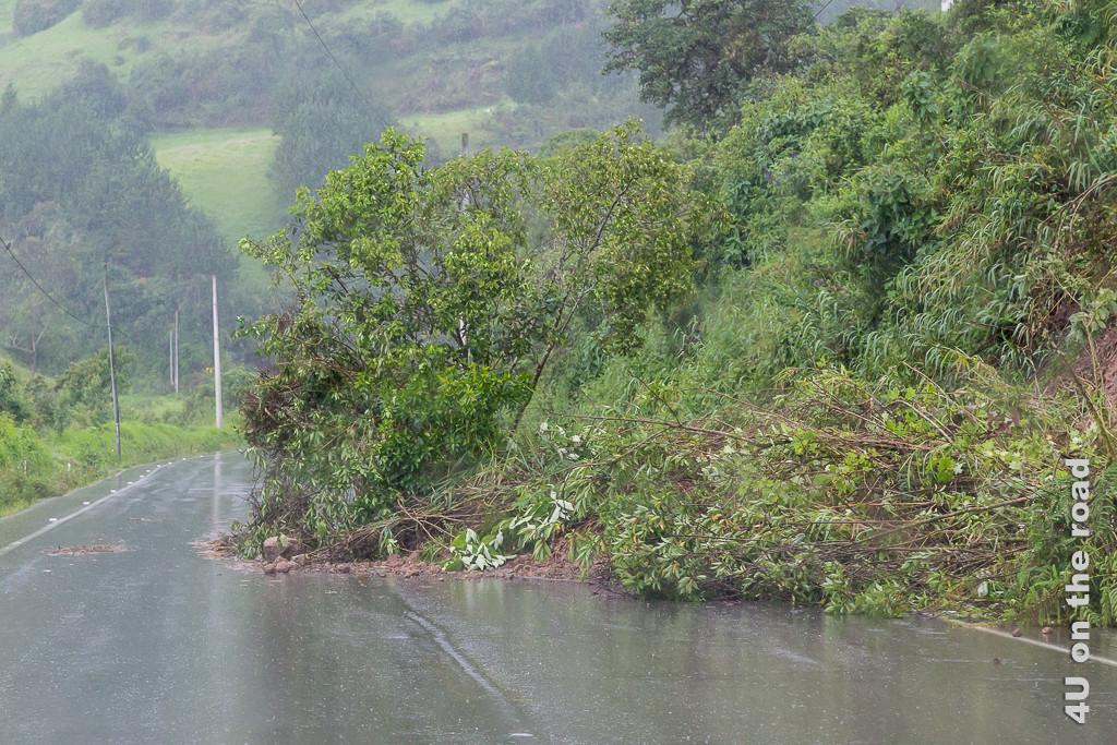 Im Hochland versperren immer wieder kleinere und grössere Erdrutsche die Strasse. Illustration zu beste Reisezeit in Ecuador.