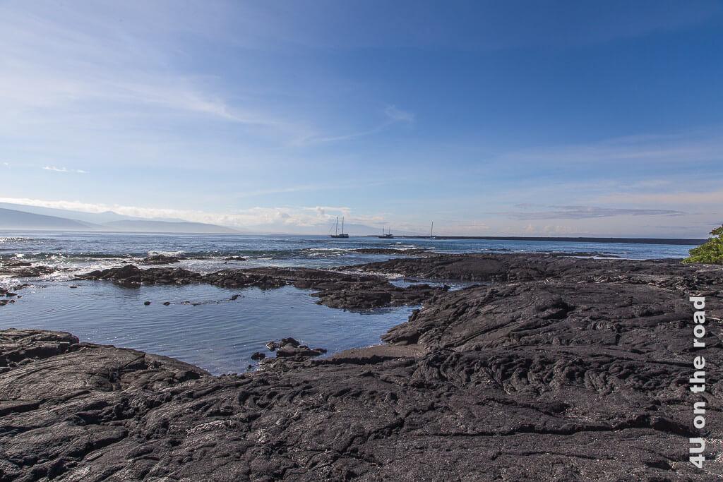 Blick von der Insel Ferdinandina auf die Schiffe vor Anker, Galápagos Inseln