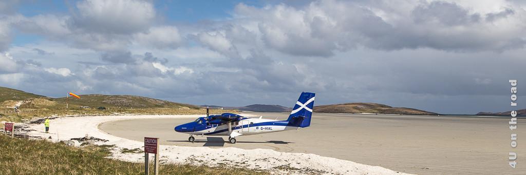 Anreise mit dem Flugzeug auf der Insel Barra am Strand. Gestartet und gelandet werden kann nur bei Ebbe.