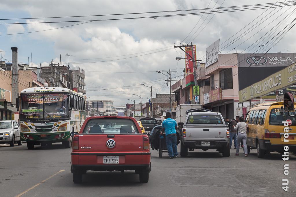 Verkehr in Latacunga - jeder hält und fährt, wo es gerade passt. Mit dem Mietwagen in Ecuador unterwegs.