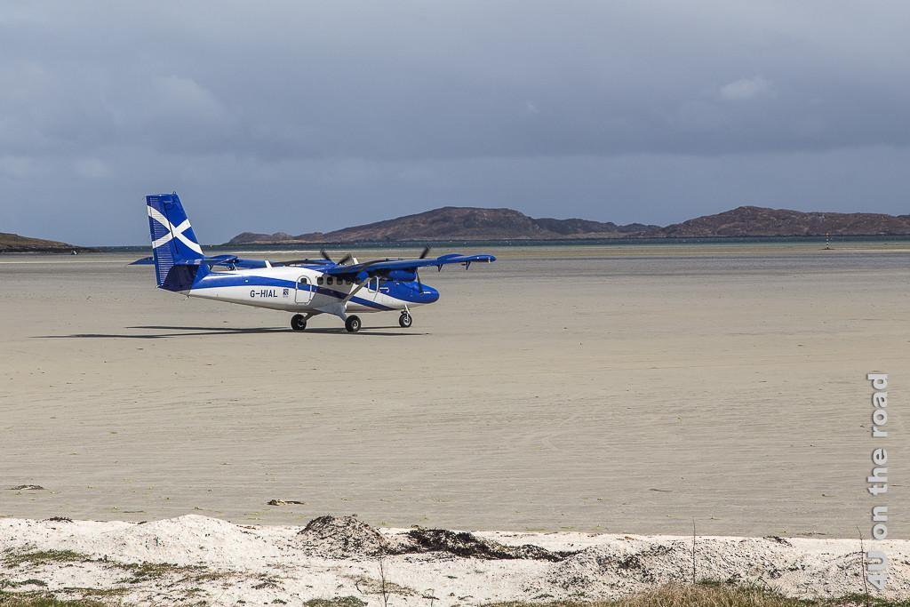 Der Strand wird bei Ebbe auf Barra  zur Start- und Landepiste für Flugzeuge. Hier eine Propellermaschine beim Start.