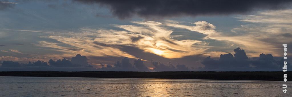 Wolkenformation am Himmel über Galápagos. Illustration für beste Reisezeit Galápagos.