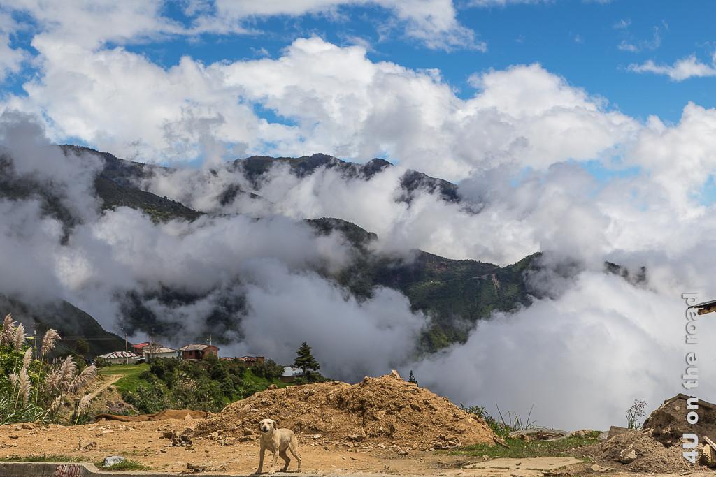 Aus den Tälern steigen dichte Wolken auf.