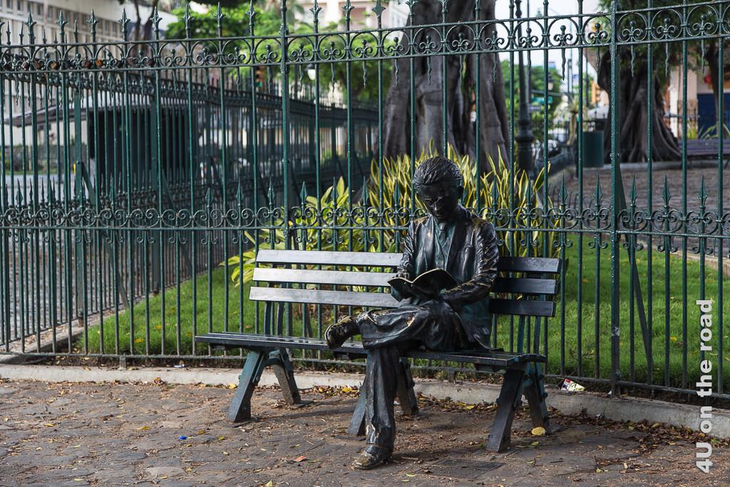 Bronzeskulptur vor dem Seminario Park - Guayaquil. Lesende Person auf Parkbank.