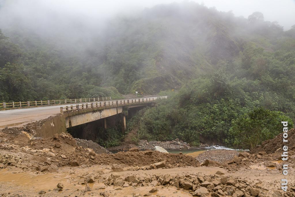 Mit Erdreich wurde nach dem grossen Erdrutsch ein Bypass zur Brücke geschaffen