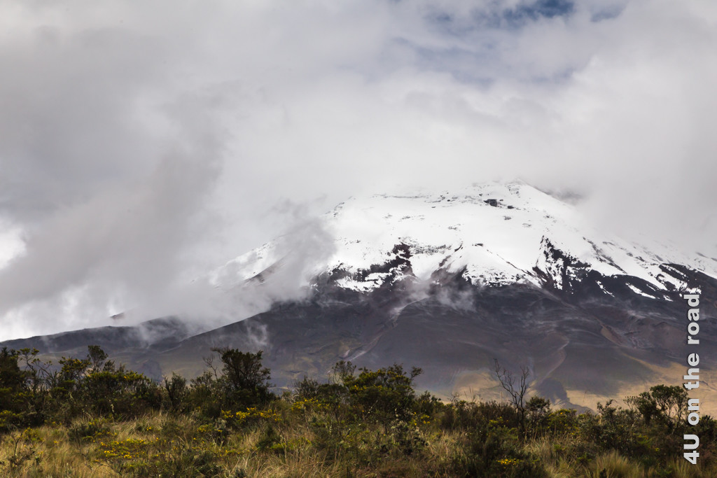 Der Wolkenvorhang vor dem Vulkan Cotopaxi reisst fast auf - Cotopaxi Nationalpark