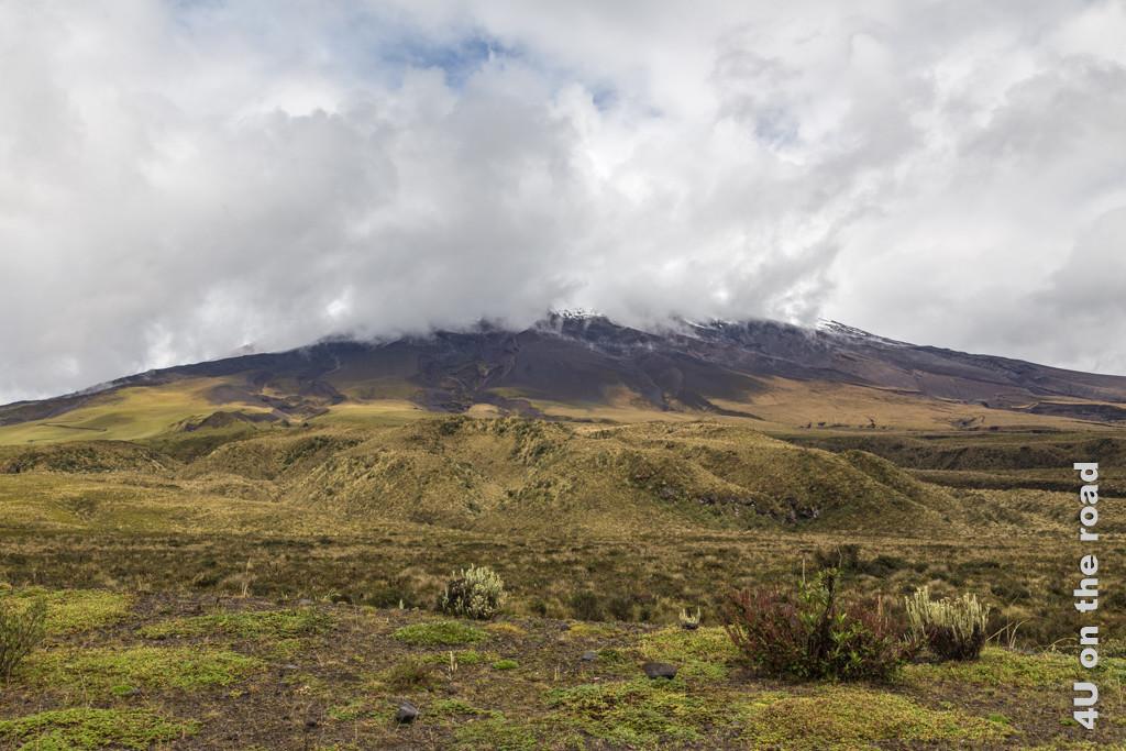 Schon ziehen die Wolken wieder vor den Gipfel des Vulkans Cotopaxi