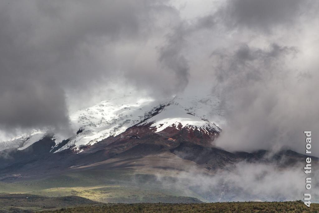 Das Refugio José Rivas mit seinem roten Dach ist an der Flanke des Vulkans Cotopaxi zu erkennen