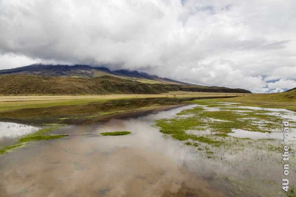 Überschwemmung und Cotopaxi in Wolken