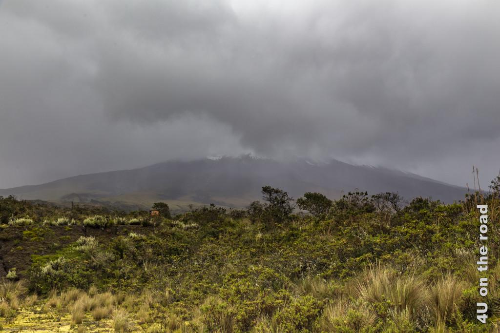 Der Cotopaxi in dicke Wolken gehüllt