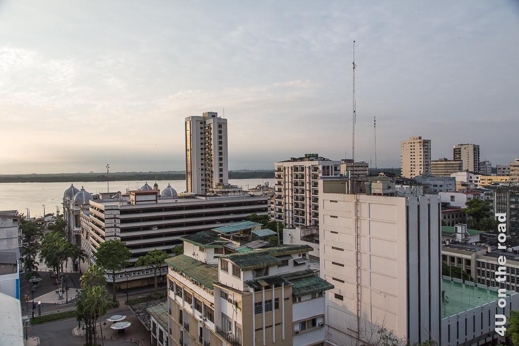 Rio Guayas und umliegende Gebäude vom Hotelfenster aus gesehen.