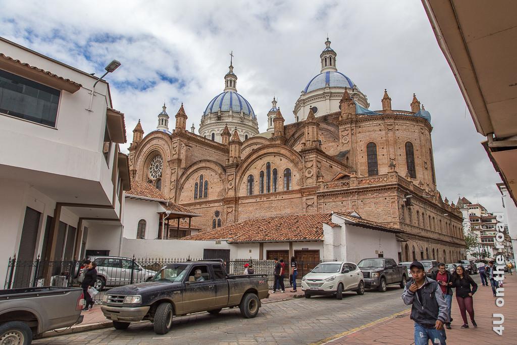 Von hinten wirkt die Kathedrale von Cuenca viel imposanter