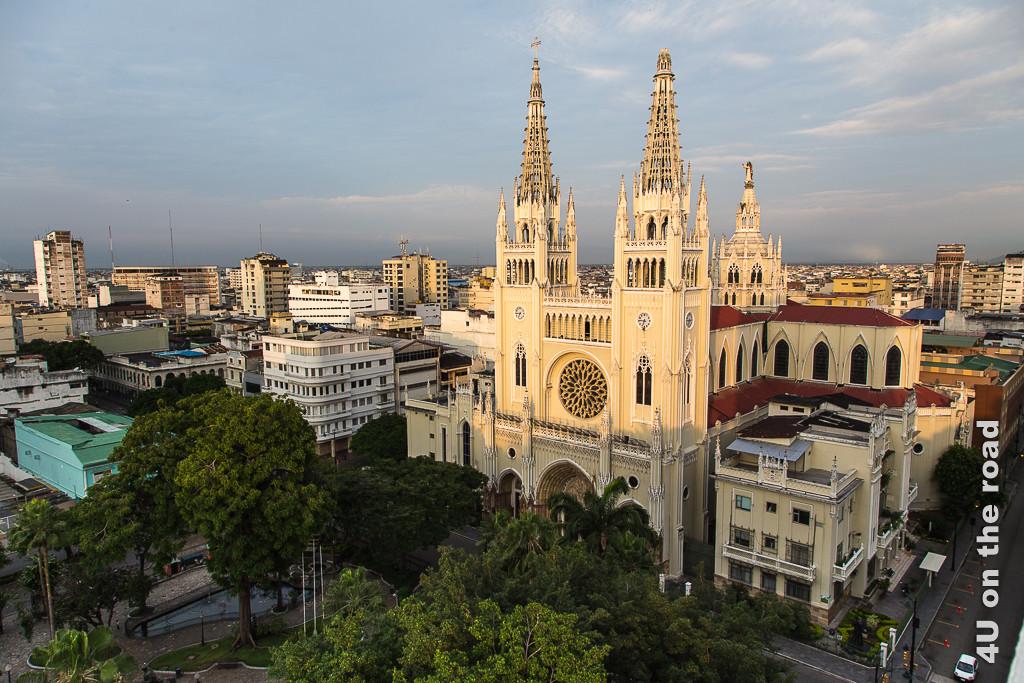 Die Morgensonne bescheint die Kathedrale in Guayaquil.