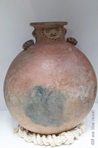 Gesicht mit Ohren auf Kugelvase im Museum der Ruinen von Ingapirca