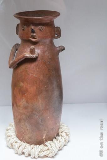 Längliche Vase mit Gesicht, Ohren und Armen im Museum der Ruinen von Ingapirca