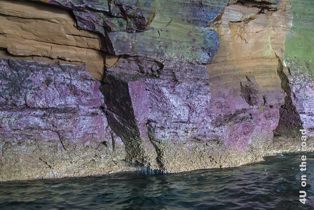 Farbige Höhlenwände am Punta Vicente Roca Marine Point der Insel Ferdinandina