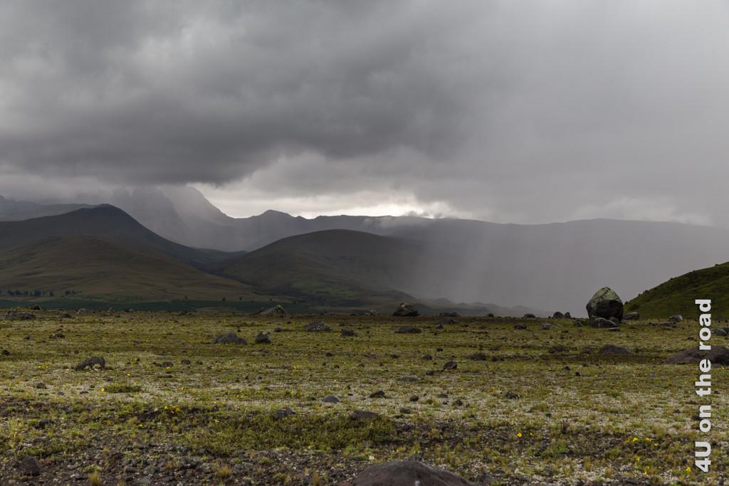 Der Wind peitscht den Regen durch die Landschaft des Cotopaxi Nationalparks