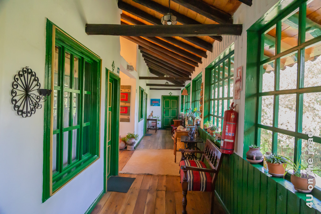 Farbgebung (grün und rot dominieren) im Inneren des Gästetraktes der Posada Ingapirca
