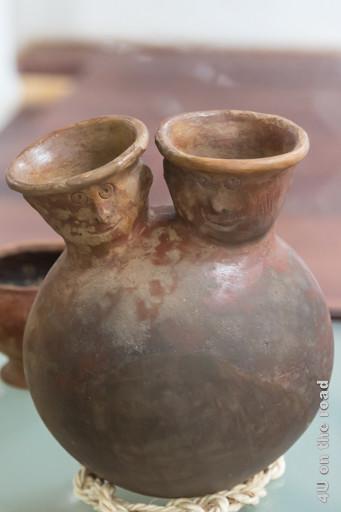 Kugelvase mit Zwillingsgesichtern im Museum der Ruinen von Ingapirca