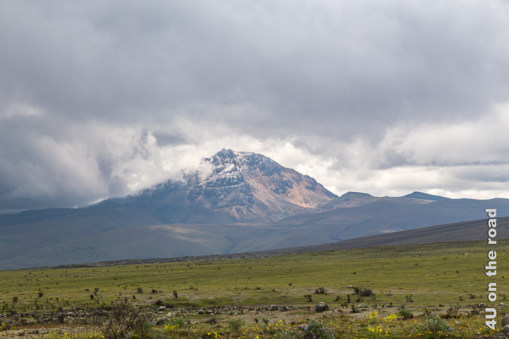 Der Vulkan Rumiñahui kommt kurz aus den Wolken - Cotopaxi Nationalpark